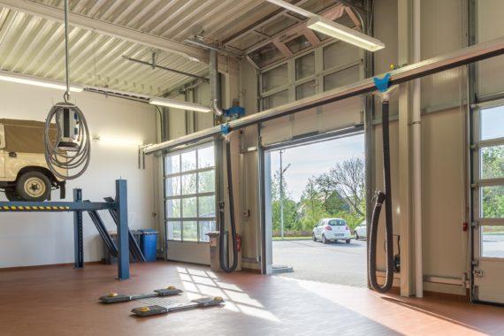 Autohaus mit Hebebühne in moderner Werkstatt